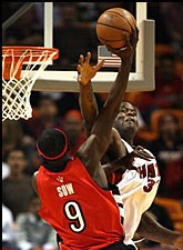 Pape Sow dunkant sur Shaquille O'neal