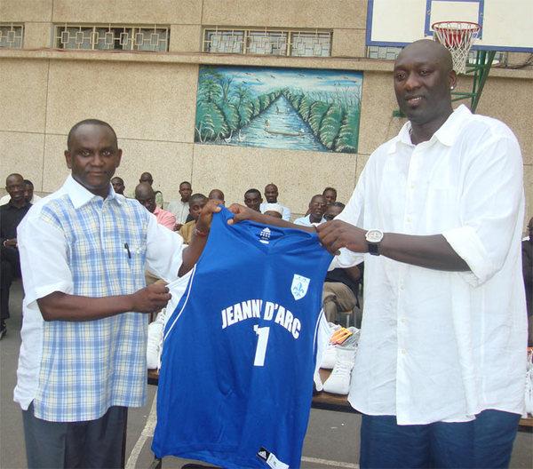 (VIDEO-VIDEO) - Mactar Ndiaye offre des équipements à la Ja.