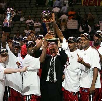 les Heat posant avec leur trophée