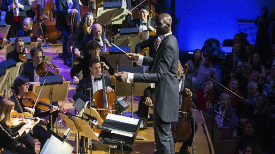 VIDEO NBA : Tacko Fall dirige l'orchestre philharmonique de Boston Pops lors d'un concert