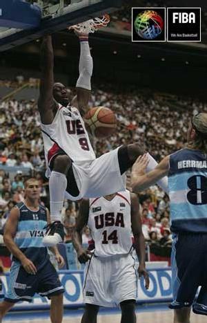 Dwayne Wade claque un puissant Dunk sur la tête des Argentins (photo FIBA)