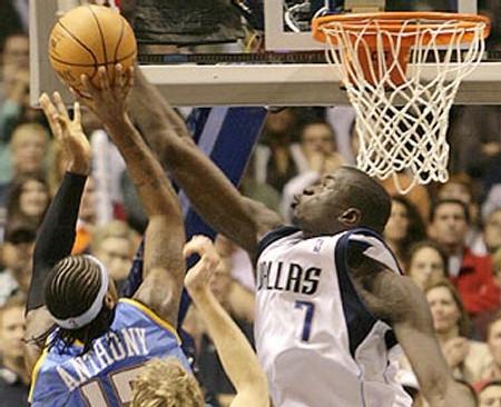 Desagana contrant Carmelo Anthony (2005-2006) - photo NBA