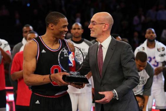 Le commissionaire de la NBA Adam Silver remet au meneur d'Oklahoma City Russell Westbrook, le trophée de meilleur joueur du match (MVP) lors du All Star Game entre les vedettes de la Conférence Ouest contre celles de l'Est, le 15 février 2015 à New York - Getty/AFP Elsa