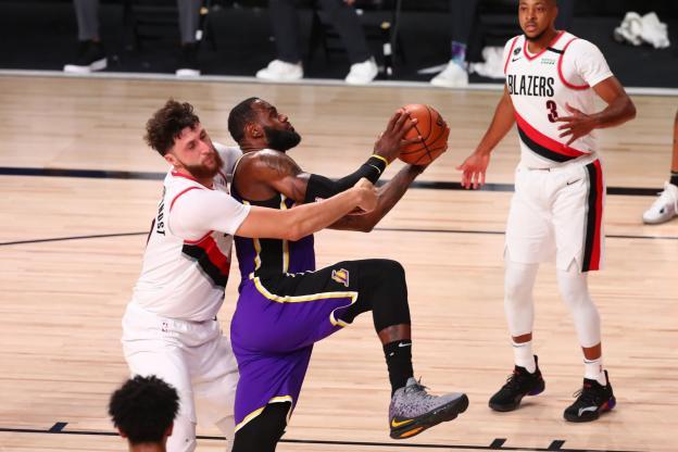LeBron et les Lakers montrent les muscles