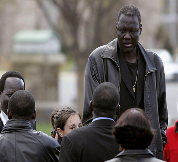 (VIDEO) Sud-Soudan: Manute Bol, légende de la NBA, se bat pour la paix