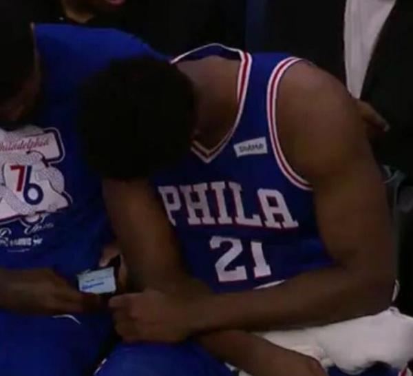 Nets - Sixers : Joel Embiid et Amir Johnson surpris au cellulaire pendant le match